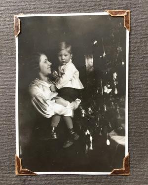 Constantin auf dem Arm seiner Mutter an Weihnachten, 1931?